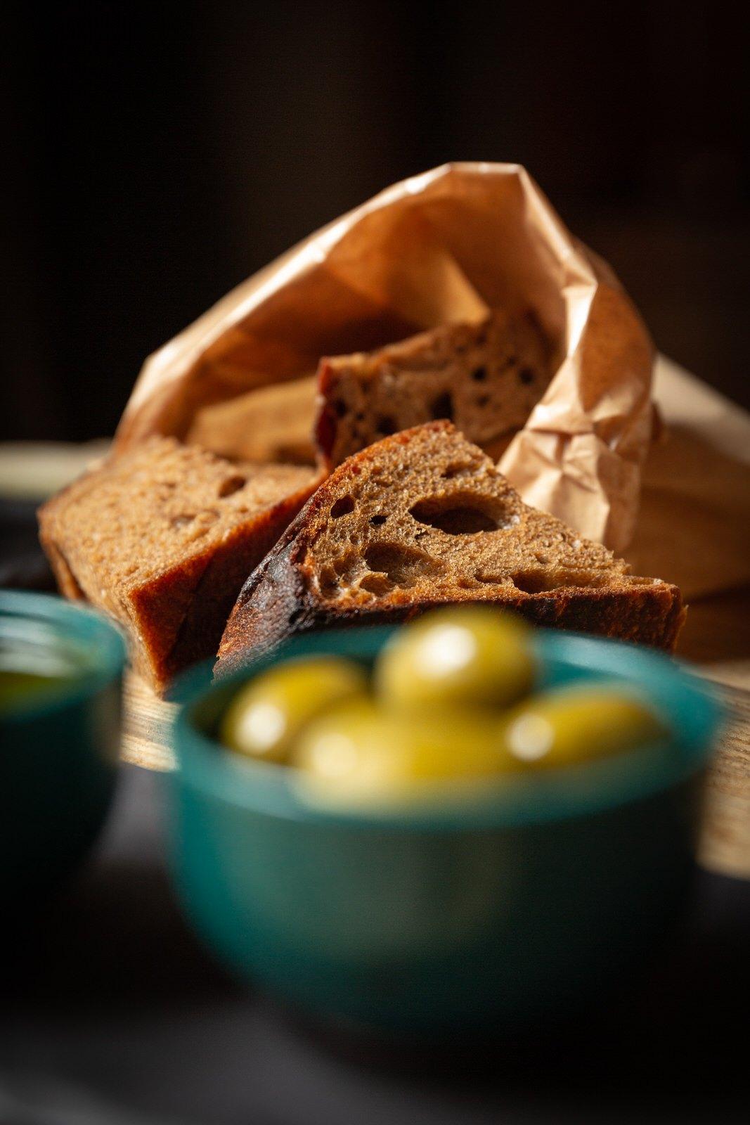 Spis hjemmebagt brød på Restaurant Oluf Bagers Gård i Odense