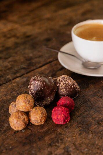 Nyd hjemmelavede petitfours til kaffen på Restaurant Oluf Bagers Gård i Odense