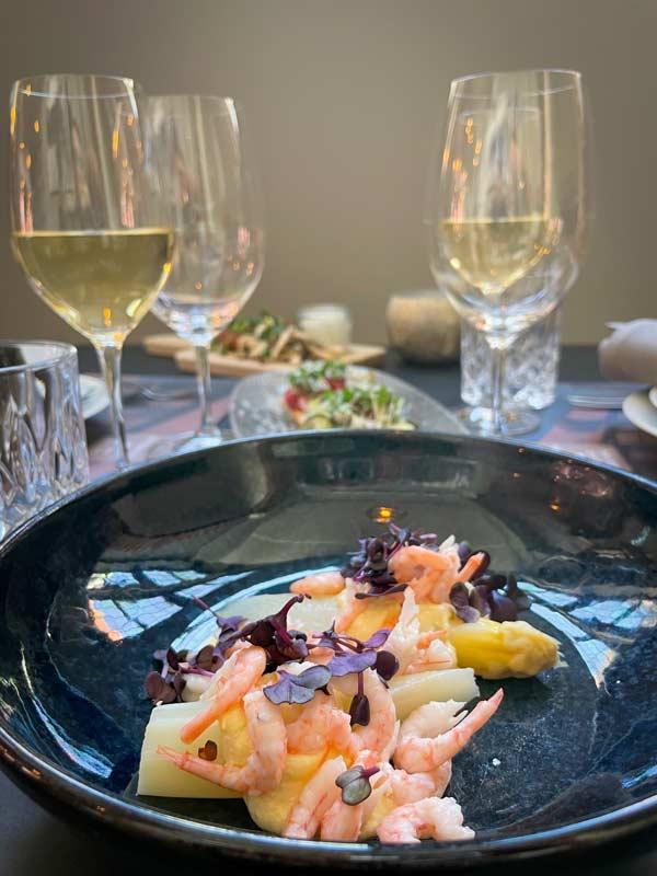 Dampede hvide asparges med hollandaisecreme og rejer –restaurant i Odense
