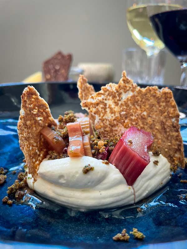 Bagte rabarber med hvid chokoladecreme og estragonsirup –restaurant i Odense