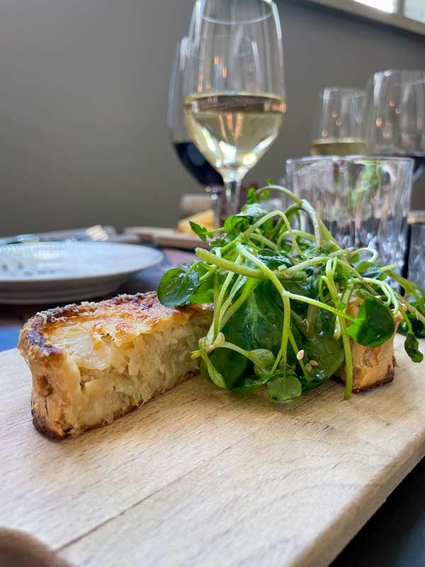 Syrlig løgtærte – 9-retters menu – restaurant i Odense