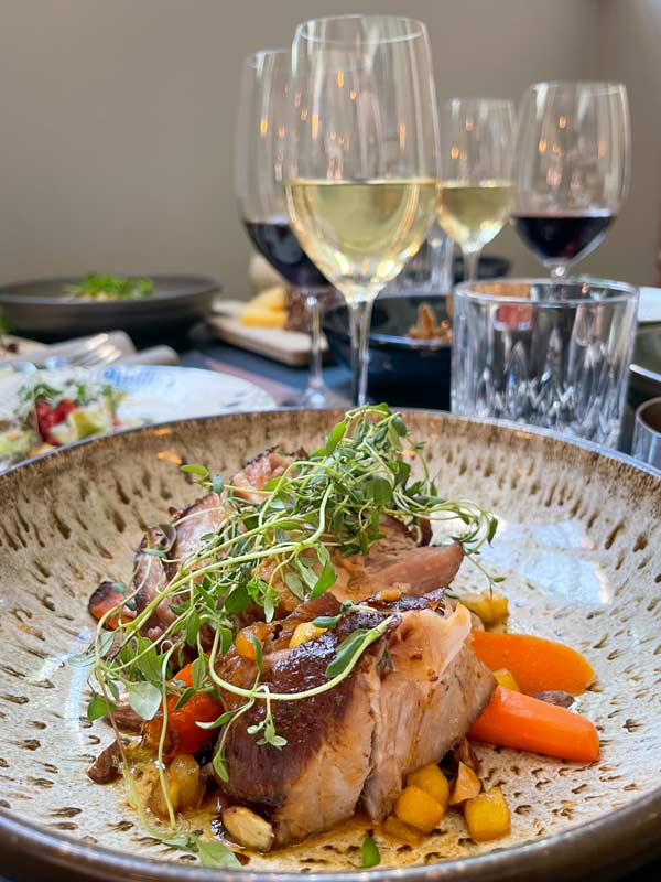 Langtidsstegt nakkefilet med æble-bbq og bagte gulerødder – restaurant i Odense