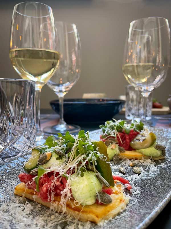 Rørt tatar med ostevaffel, syltet agurk og høost - restaurant i Odense